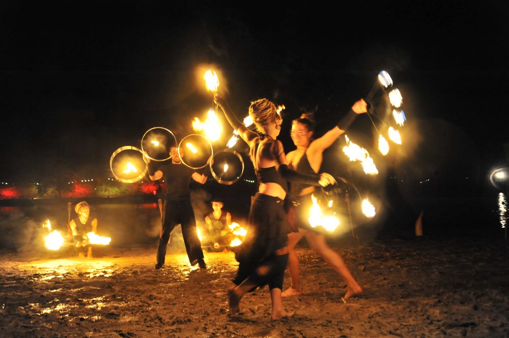 Zora shows vuurshow fireshow groep choreo Psy-fi waaiers, hoepels, torches, 8 rings, poi